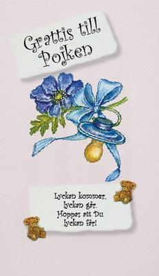 Ljus blått kort med blå napp och blå blomma.''Grattis till pojken''