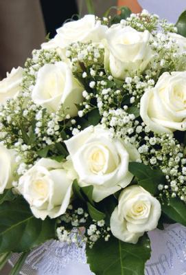 Vit bukett med vita rosor och brudslöja