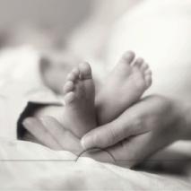Baby fötter i hand