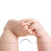 Baby greppar sin fot